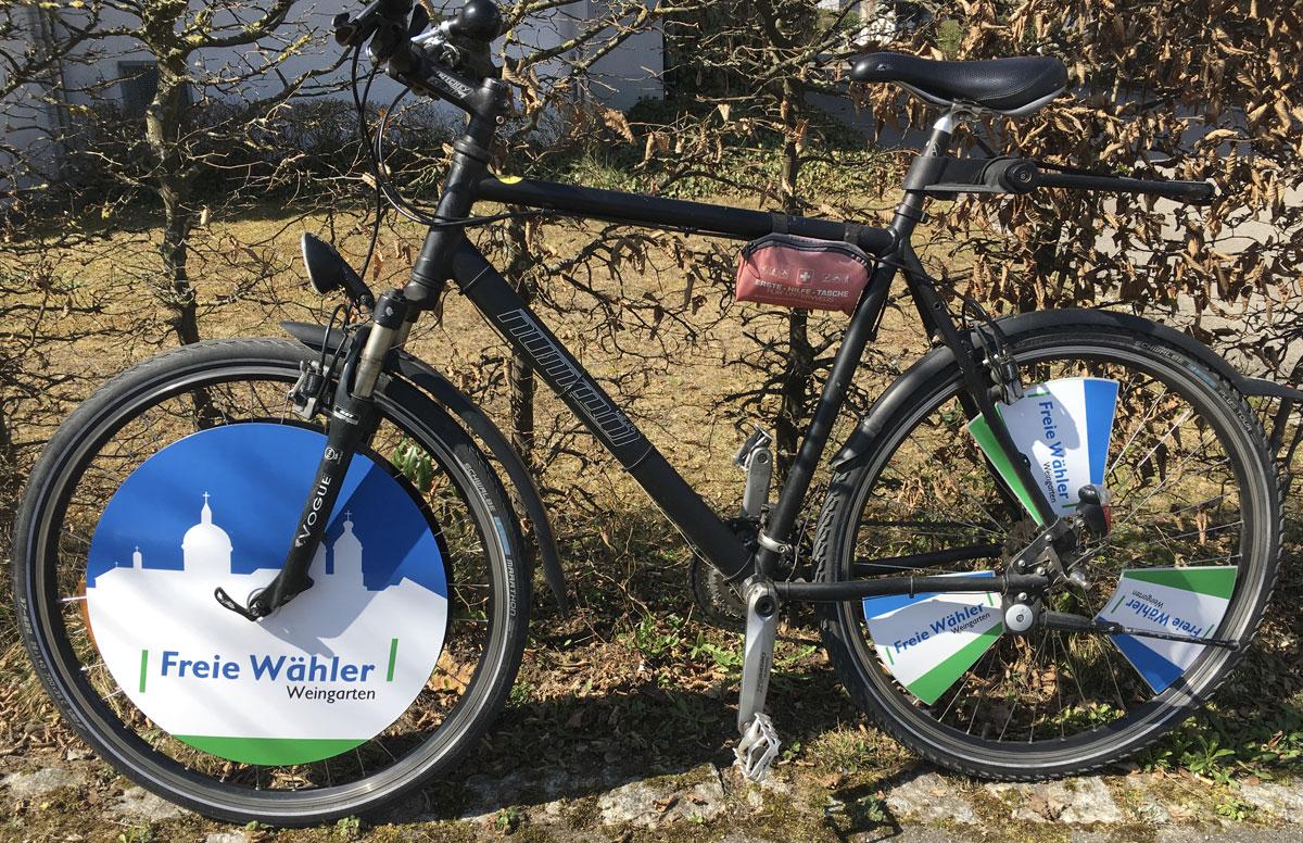 Freie Wähler Fahrradwerbung mittels Speichenfahnen und mit drehender Werbeplatte