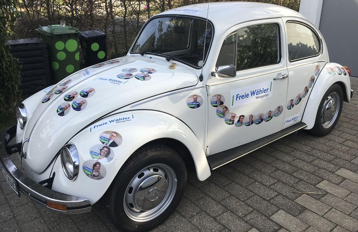 Wahlkampagne der Freien Wähler Weingarten mit einem VW Käfer beklebt mit allen Kandidaten
